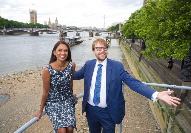 Gina Miller junto al candidato liberal demócrata de Vauxhall, junto al Támesis, en Londres.