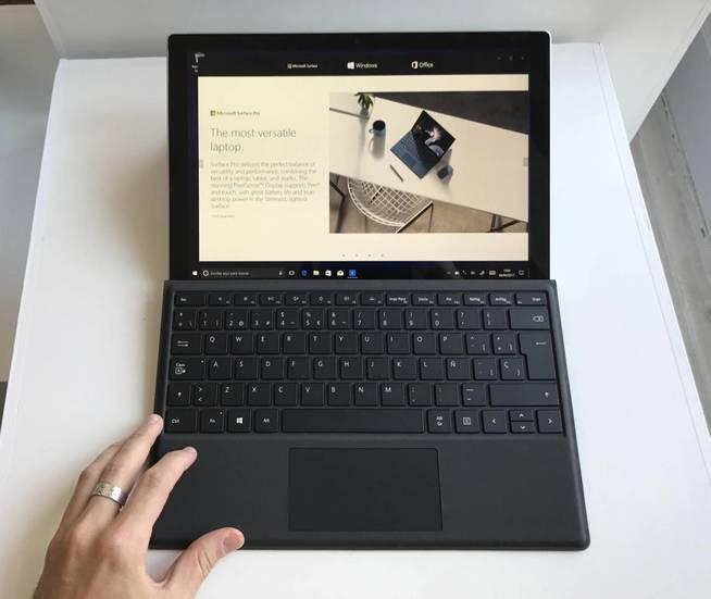 La Surface Pro, mostrada con su máxima inclinación. (J. E.)