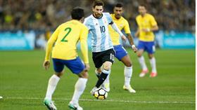Messi en acción, presionado por la marca brasileña