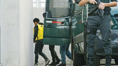 Uno de los bolivianos trasladados a la Fiscalía para prestar declaraciones. Foto:La Tercera