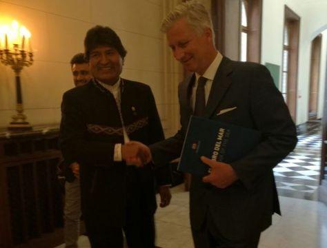 Evo Morales entrega el Libro del Mar al Rey Felipe de Bélgica. Foto: @MRE_Bolivia