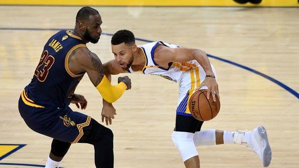 LeBron James defendiendo a Stephen Curry en las Finales de la NBA (AFP)