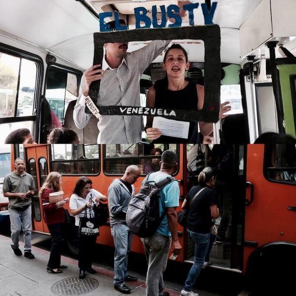 """Laura Castillo, cofundadora de El Bus TV, en plena """"emisión"""" del segmento noticioso creado con el objetivo de acercar información no censurada al pueblo venezolano"""