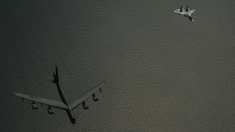 FOTOS: Un caza ruso Su-27 intercepta bombarderos estadounidenses sobre el mar Báltico