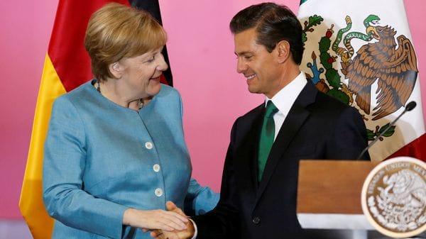 La canciller alemana Angela Merkel saluda al presidente de México Enrique Pena Nieto tras una rueda de prensa en el Palacio Nacional de Ciudad de México (Reuters)
