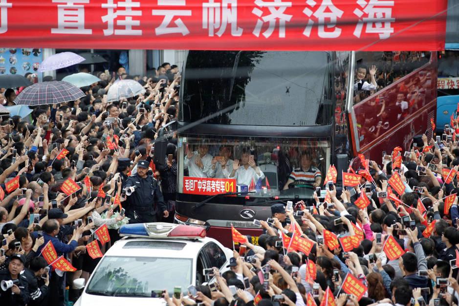Un autobús abandona el instituto de Maotanchang con estudiantes que realizarán el