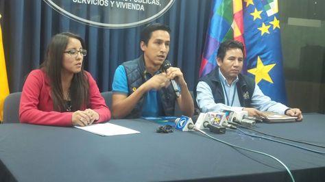 El Ministro de Vivienda, Javier Delgadillo (centro), durante una conferencia de prensa el viernes.