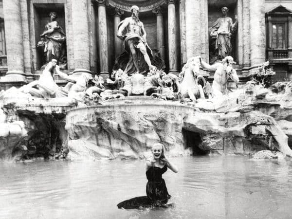 "La actriz Anita Ekberg en la Fontana di Trevi en una escena de película de Fellini ""La dolce vita"""