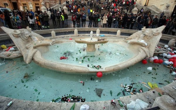 Así quedó la Fuente de la Barcaza en Piazza di Spagna tras el partido entre Roma y Feyenoord