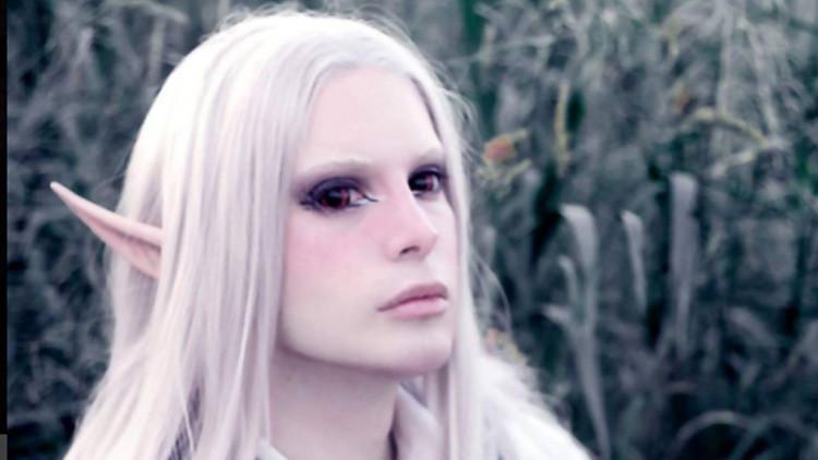 'El príncipe de plástico': Un joven argentino se convierte en el primer elfo de la vida real