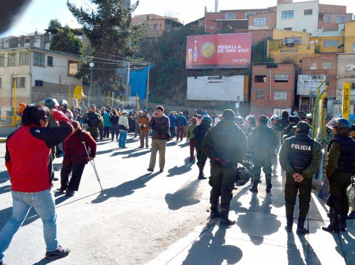 La ciudad de La Paz vivió otra jornada de intolerancia y violencia de parte de algunos sectores, que encabezaron bloqueos y marchas, lo que causó perjuicios a la economía paceña ante la pasividad de la Policía.