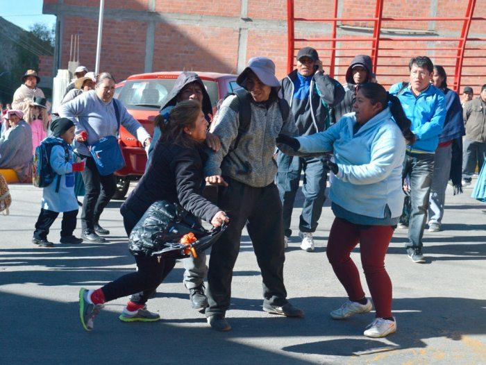 Las movilizaciones dejaron como saldo varias personas afectadas. Los golpes con palos y la agresión verbal fueron características de la protesta, liderada por loteadores y otros.