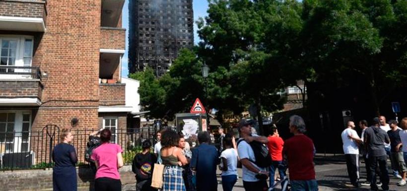 Según algunos testigos, el incendio se propagó en cuestión de minutos por todo el edificio de 24 pisos. Foto: EPA