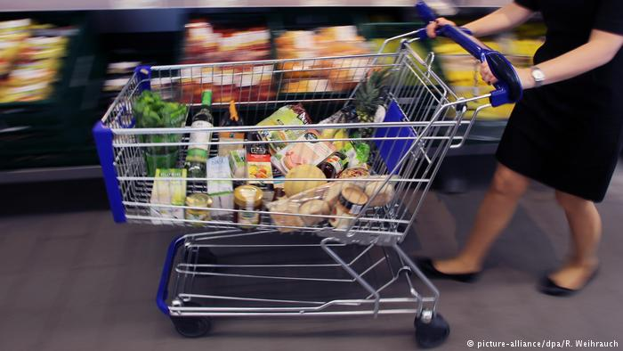 Deutschland Einkaufswagen (picture-alliance/dpa/R. Weihrauch)