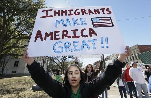 Desde la campaña electoral y sobre todo desde las órdenes ejecutivas de Donald Trump, los inmigrantes —con y sin documentos— tomaron medidas de protección. (AP Photo/LM Otero)
