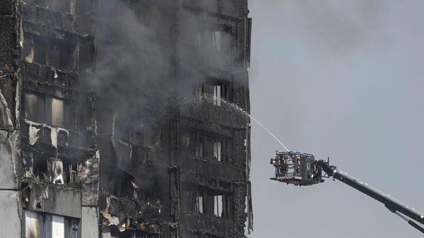 Los bomberos pasaron más de un día entero apagando el incendio(Reuters)