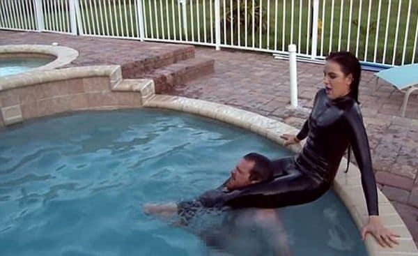 Otra escena de Kristen Hyman sofocando a un hombre en una de sus filmaciones