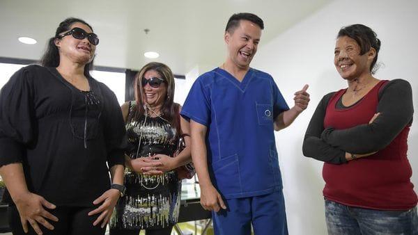 Alan González con tres de sus pacientes (AFP)