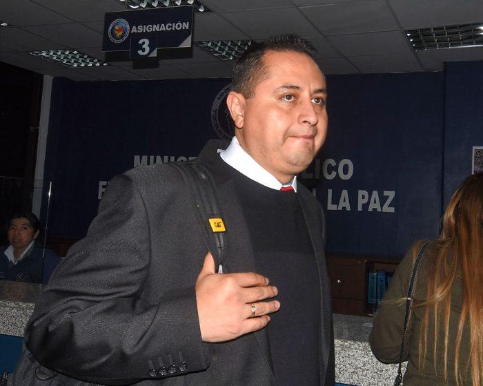 EXPRESIDENTE DE YPFB, GUILLERMO ACHÁ, AYER CUANDO INGRESÓ A LA FISCALÍA PARA PRESTAR DECLARACIONES.
