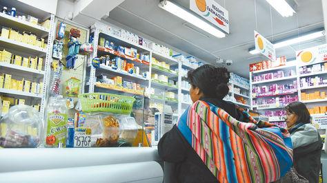 Dos personas compran medicinas en una farmacia de La Paz. La población se automedica en la mayoría de los casos.