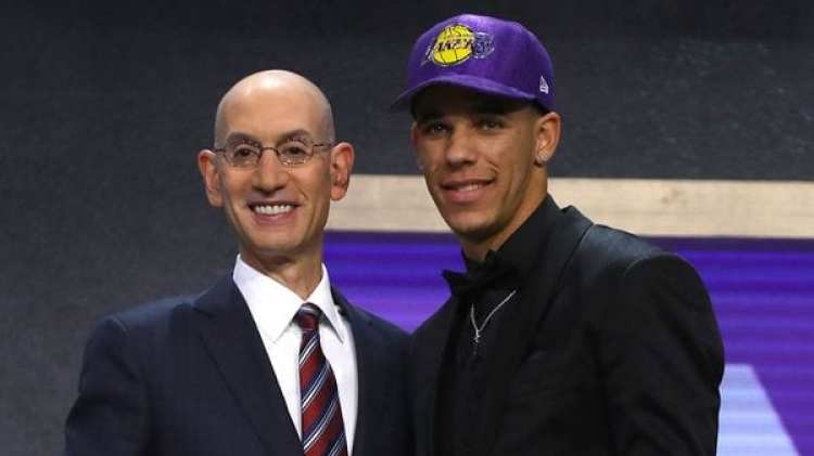 Adam Silver, comisionado de la NBA, junto a Lonzo Ball (Getty)