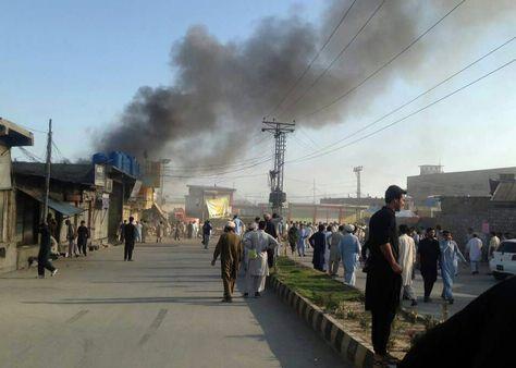 Pakistán. Varias personas observan una nube de humo después del atentado bomba en Parachinar. Foto: EFE