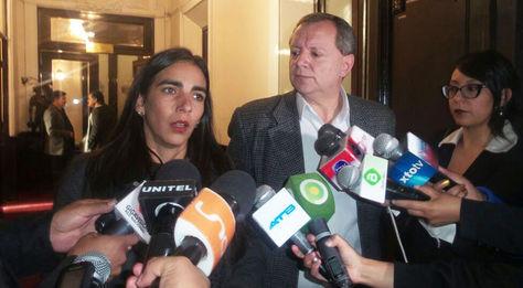 Gabriela Montaño y José Alberto Gonzales, presidentes de las cámaras de Diputados y del Senado respectivamente, en conferencia de prensa.