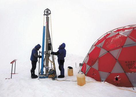 Estudio. Científicos de Ice Memory extraen bloques de hielo en la cima del nevado Illimani.