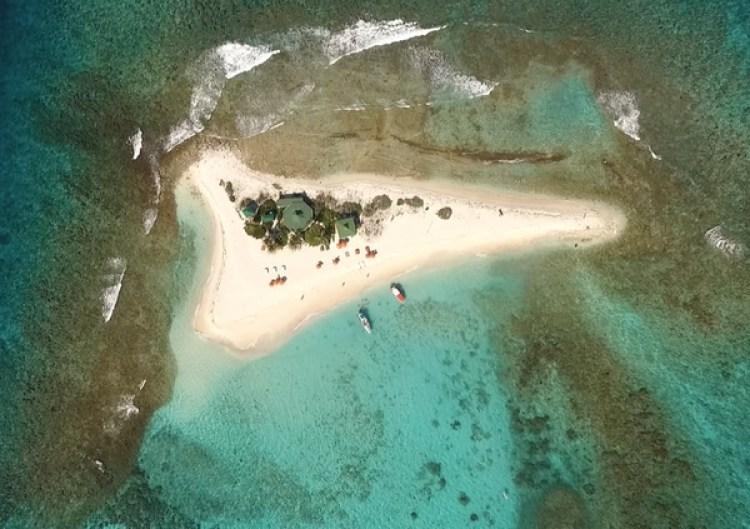 Vista aérea de Sandy Island con una playa 360 en el medio del Caribe