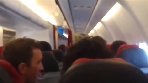 Las imágenes dentro del vuelo de AirAsia que se mueve como