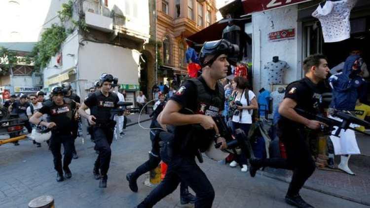 Oficiales persiguen a los manifestantes por las calles aledañas a la Plaza (Reuters)