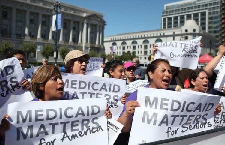 Manifestantes se oponen a los recortes en el programa Medicaid (Getty Images)