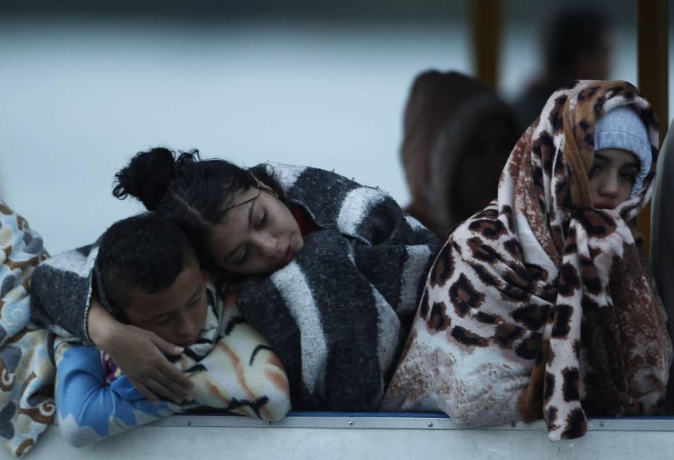 Tres personas que fueron rescatadas del naufragio esperan noticias de sus familiares luego de que una embarcación se hundiera en el embalse Guatapé, Colombia.