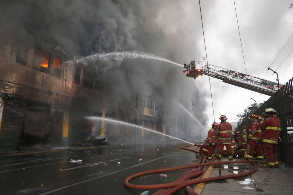 Un grupo de bomberos trata de apagar el incendio en Lima, el pasado 23 de junio.
