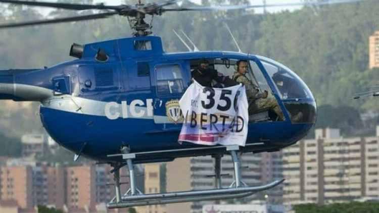 Pérez junto a los tripulantes del helicóptero mientras realizaban el sobrevuelo al Supremo y al Palacio de Miraflores.