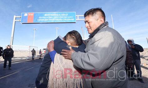 Uno de los bolivianos que estuvo detenido en Chile es recibido por sus familiares.