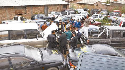 Cochabamba. Funcionarios de Dircabi muestran a los periodistas los vehículos confiscados, en enero.