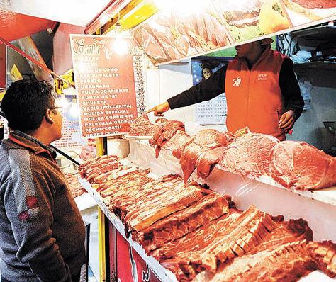 La Paz. Un vendedor al detalle expende carne en el mercado Lanza.