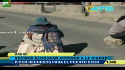 Vecinos bloquean accesos a la ciudad de Oruro