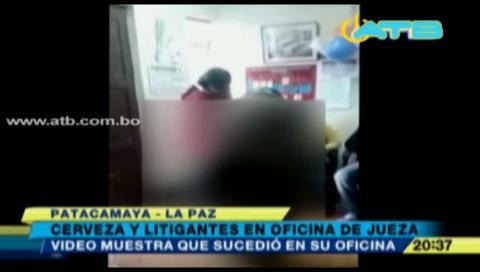 Video revela que juez compartía bebidas alcohólicas con litigantes