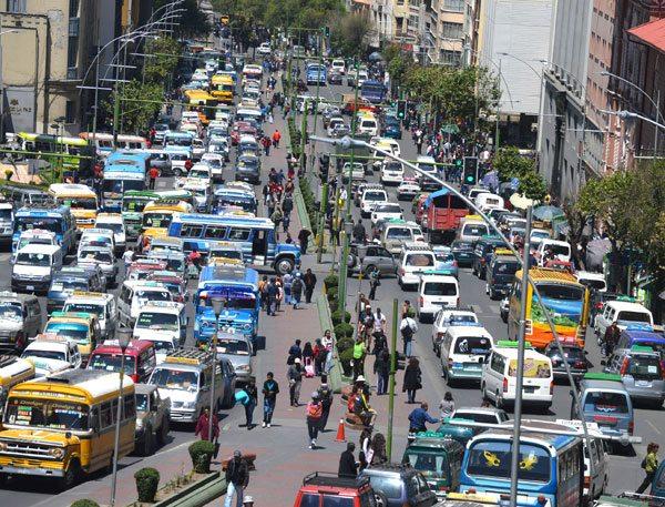 Las vías del centro son las más congestionadas de la ciudad de La Paz.