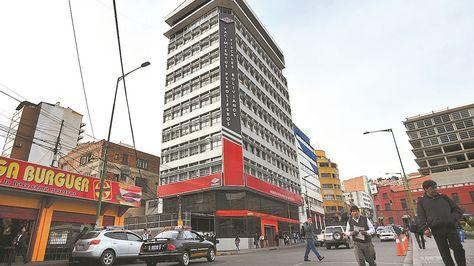 Frontis del edificio central de Yacimiento Petrolíferos Fiscales Bolivianos (YFPB) en La Paz.