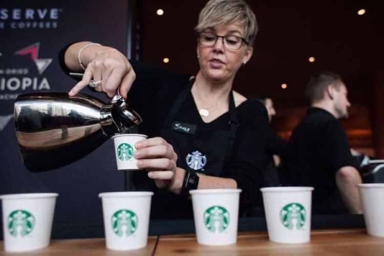 En Starbucks se suele poner música tranquila para crear un ambiente más relajado entre sus clientes.