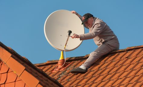 Un técnico instala una antena satelital para captar la señal del Túpac Katari.