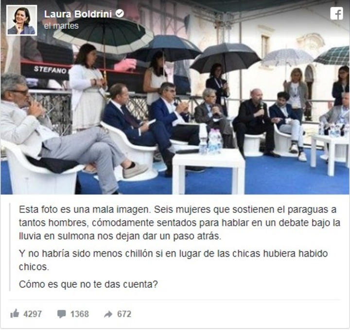 La imagen de la polémica en Italia: los políticos discuten y ellas sostienen los paraguas