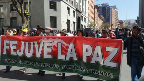 Marcha de una fracción de la Fejuve de La Paz en rechazo al ajuste de tarifas de energía eléctrica