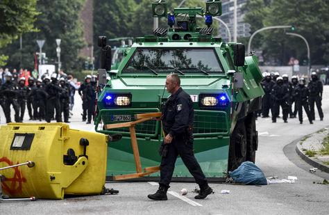 Un vehículo armado de la policía despeja una barricada durante una protesta contra la celebración de la cumbre del G20 frente a la estación de Schlump en Hamburgo. Foto: EFE