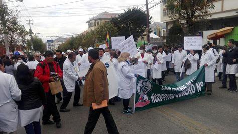 Médicos bloquean la avenida Saavedra en la zona de Miraflores.