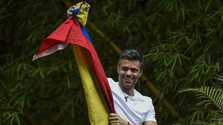 Leopoldo López en su casa en Caracas este sábado (AFP)