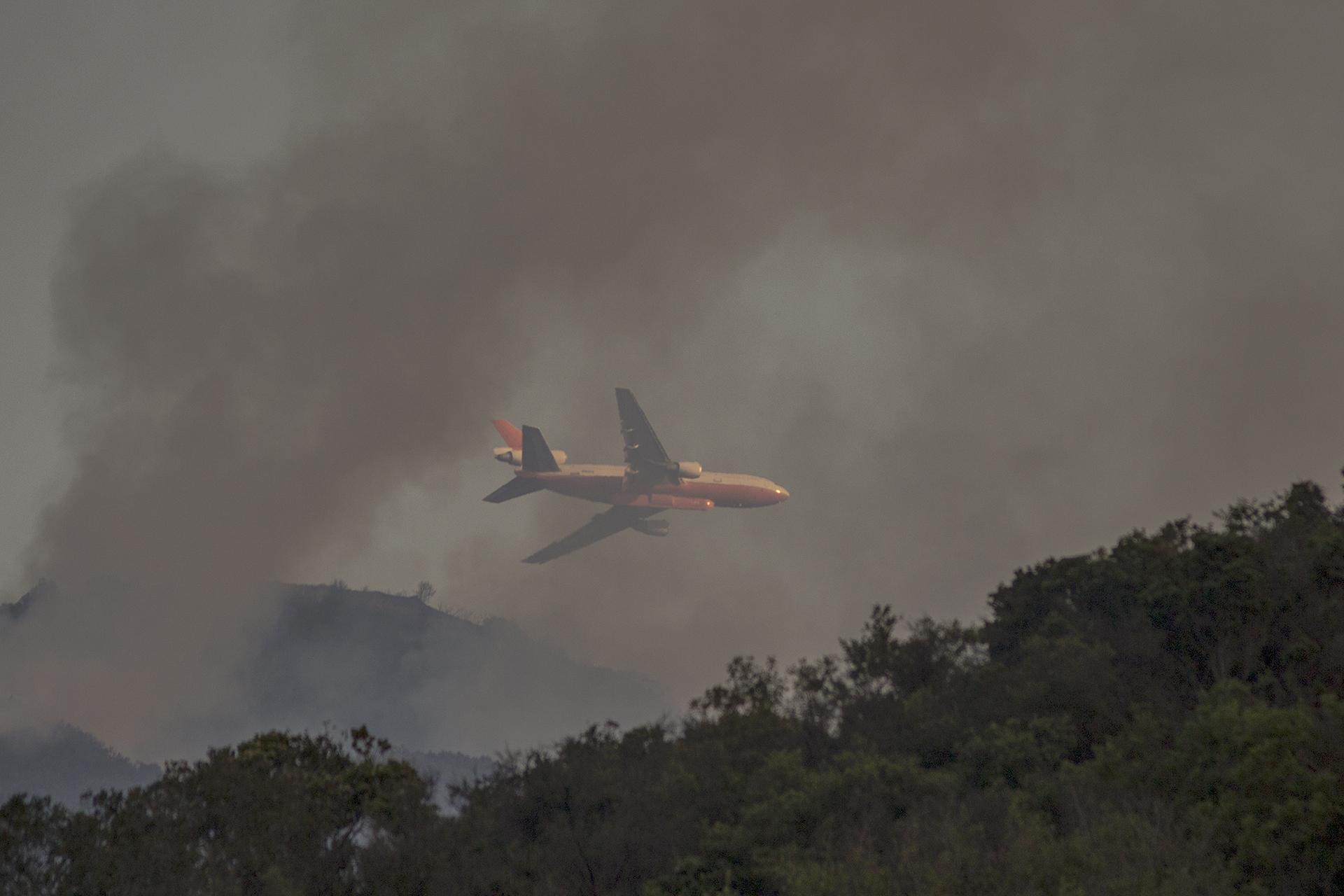 Un avión de los bomberos sobrevuela cerca de Santa Barbara